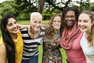 Naklejka Grupa kobiet uspołecznić pojęcie szczęścia pracy zespołowej