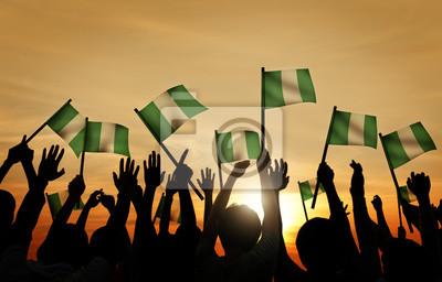 Naklejka Grupa ludzi macha banderą Nigerii