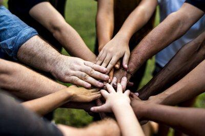 Naklejka Grupa ludzi trzyma rękę gromadzić więź