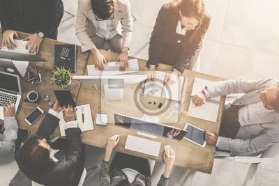 Naklejka Grupa ludzie biznesu pracuje w biurze