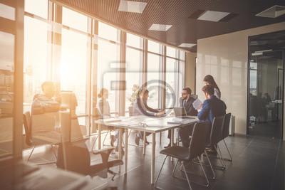 Naklejka Grupa młodych ludzi biznesu mają spotkania i pracy we współczesnym biurze jasny pakietu office