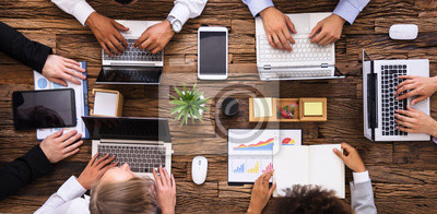 Naklejka Grupa przedsiębiorców pracy na laptopie