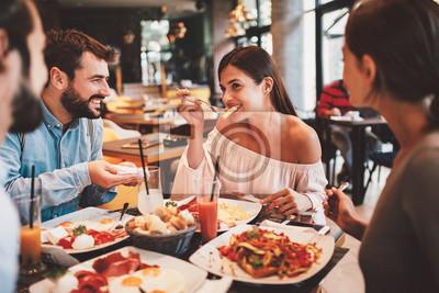 Naklejka Grupa przyjaciół Happy posiadające śniadanie w restauracji