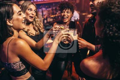 Naklejka Grupa przyjaciół zabawa w nocnym klubie