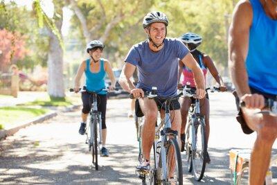 Naklejka Grupa rowerzystów na ulicy podmiejskich