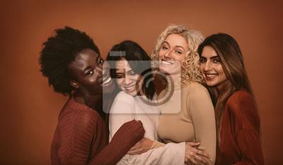 Naklejka Grupa rozochocone młode kobiety stoi wpólnie