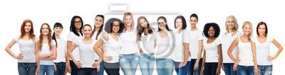 Naklejka Grupa szczęśliwych różnych kobiet w białym t-shirty
