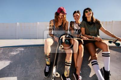 Naklejka Grupa uśmiechnięte kobiety przy łyżwowym parkiem
