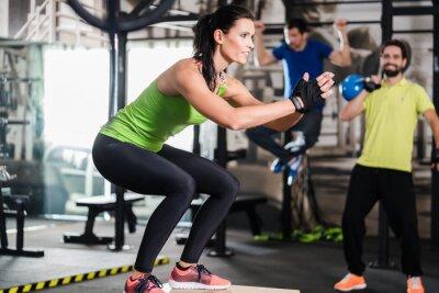 Naklejka Gruppe Männer und Frau beim trening funkcjonalny im Fitnessstudio
