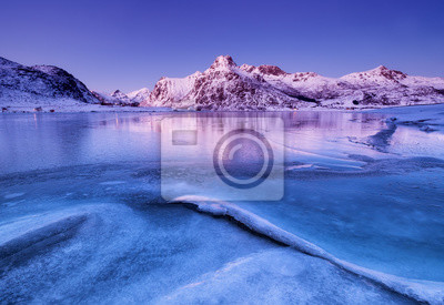 Grzbiet górski i odbicie na powierzchni jeziora. Naturalny krajobraz na Lofotach, Norwegia.