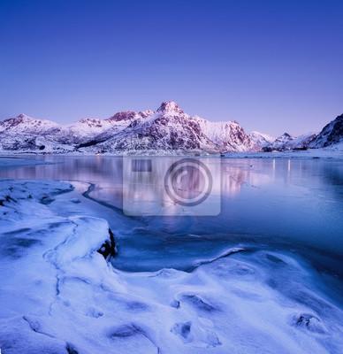 Grzbiet górski i odbicie na powierzchni jeziora. Naturalny krajobraz na Lofotach, Norwegia. Woda i góry.