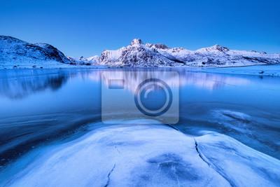 Grzbiet górski i odbicie na powierzchni jeziora. Naturalny krajobraz na Lofotach w Norwegii. Woda i góry.