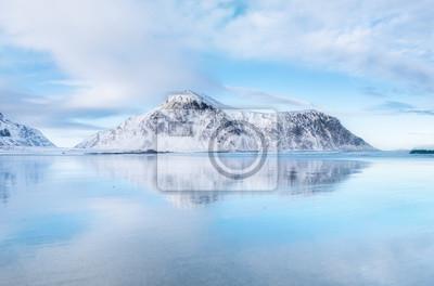 Grzbiet górski i refleksji nad brzegiem morza. Naturalny krajobraz w Norwegii