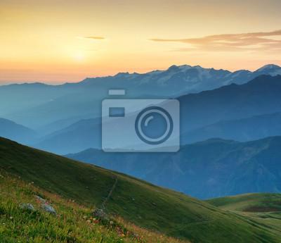 Grzbiet górski podczas wschodu słońca. Piękny krajobraz naturalny w okresie letnim