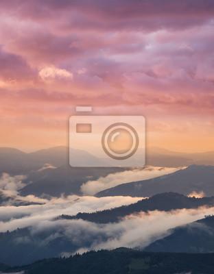 Halna dolina podczas wschodu słońca. Naturalny letni krajobraz
