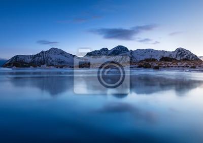 Halna grań i odbicie w jeziorze. Naturalny krajobraz w Norwegii