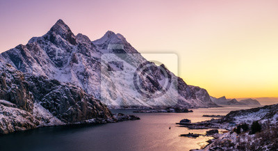 Halny szczyt i morze trzymać na dystans podczas wschodu słońca. Naturalny krajobraz w Norwegii