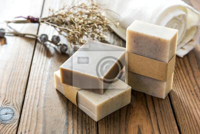 Naklejka Handmade naturalne mydło na drewnianym tle