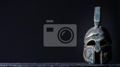 Naklejka hełm rzymski na czarnym tle
