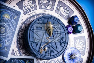 Naklejka horoskop ze znakami zodiaku, kości astrologiczne, wahadło, pentagram i samochody, takie jak koncepcja ezoteryczna