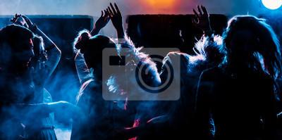 Naklejka impreza w klubie, ludzie młodzi chłopcy i dziewczęta tańczą w dymie