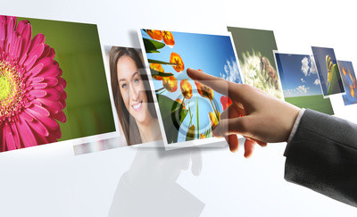 Interfejs dotykowy: man sięgającego obrazów na ekranie