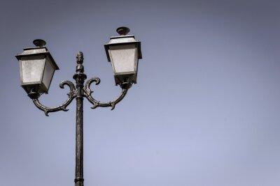 Naklejka izolowane starożytne lampy na kolumnie żelaza