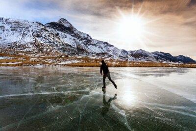 Naklejka jazda na łyżwach na zamarzniętym jeziorze