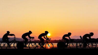 Naklejka Jazda na rowerze w czasie zmierzchu na plaży