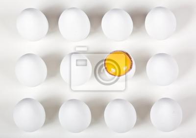 Naklejka Jeden złamał jajo wśród całych białych jaj