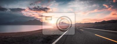 Naklejka Jezioro i droga o zachodzie słońca