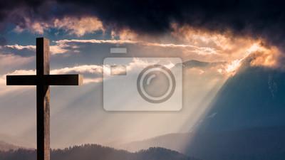 Naklejka Jezus Chrystus, krzyż. Wielkanoc, zmartwychwstanie koncepcji. Krzyż na tle z dramatycznego oświetlenia, kolorowe górskich słońca, ciemne chmury i niebo i promienie słoneczne