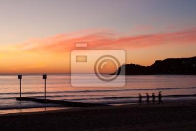 Naklejka Jogging na plaży o wschodzie słońca