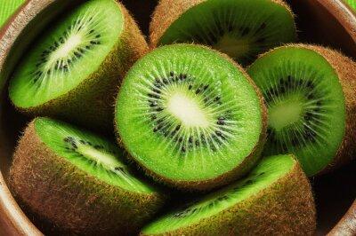 Naklejka Juicy dojrzałe owoce kiwi w drewnianej misce