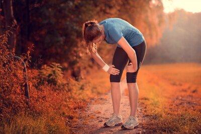 Naklejka Junge sportliche Frau macht eine Pause zum Luft holen