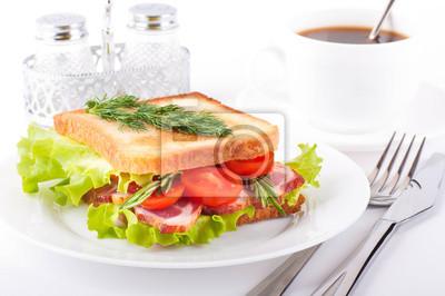 Kanapka z wędzonym mięsem i pomidorami, filiżanka kawy
