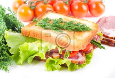 Kanapka z wędzonym mięsem, pomidorami i sałatą
