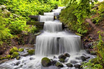 Naklejka Kaskadowy wodospad w parku Planten un Blomen w Hamburgu