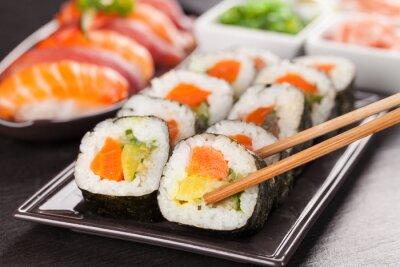 Naklejka kawałki sushi z pałeczkami