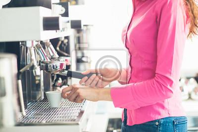 Naklejka Kelnerka parzenia kawy
