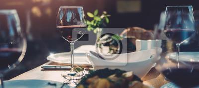 Naklejka Kieliszek wina przy stole jadalnym