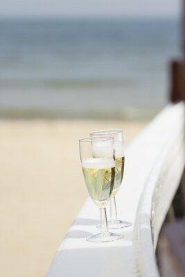Kieliszki do szampana na plaży