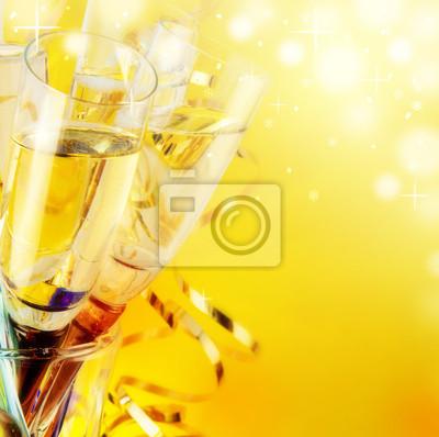 Kieliszki z szampanem, nowy rok w tle