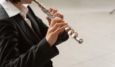 Kobieta bawi flet poprzeczny