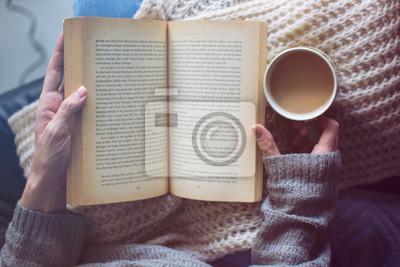 Naklejka kobieta czyta książkę i trzyma kawę