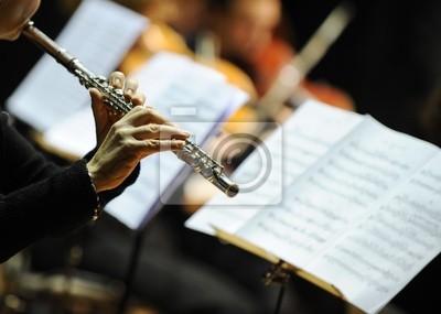 Kobieta gra na flecie