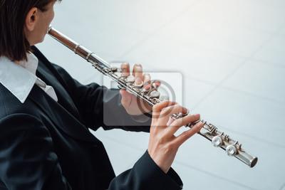 Kobieta gra na flecie poprzecznym