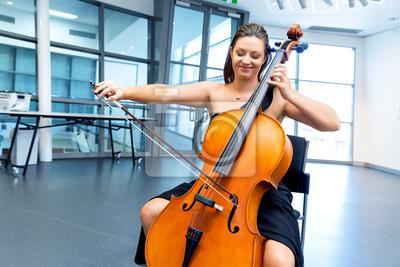Naklejka Kobieta gra na wiolonczeli