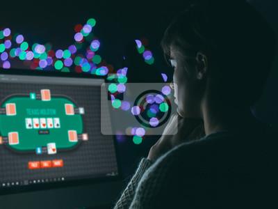 Kobieta grająca w pokera online