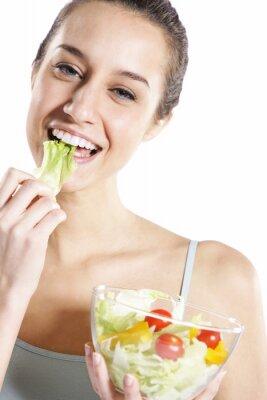 Kobieta jeść sałatki. Portret piękne uśmiechnięta i szczęśliwa Woma